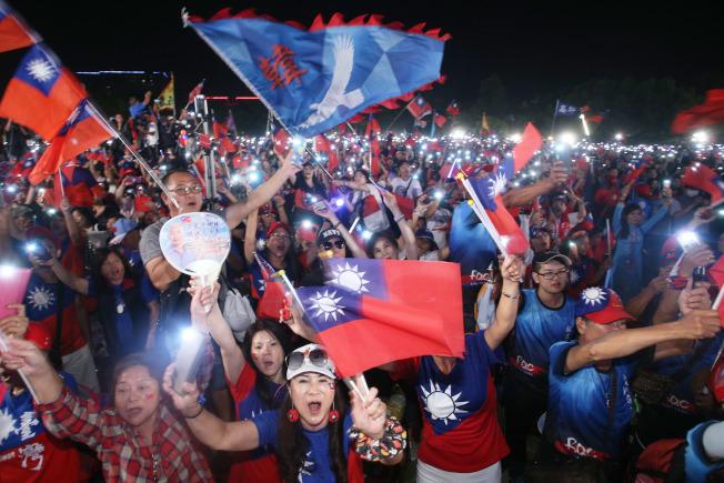 國民黨總統參選人韓國瑜19日晚在台南舉行萬人造勢晚會,大批支持者揮舞國旗高喊當選場面熱烈。(記者劉學聖/攝影)