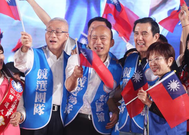 高雄市長韓國瑜請假參選總統後,19日晚在台南首度舉行大型造勢晚會,與前總統馬英九(右二)、國民黨主席吳敦義(左一)、前主席洪秀柱(右一)同台。(記者劉學聖/攝影)