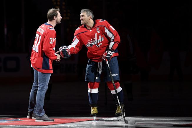 國民好整以暇等美聯冠軍產生,還有空到NHL華盛頓首都隊主場作客,王牌投手薛則(左)還任開球嘉賓。(美聯社)