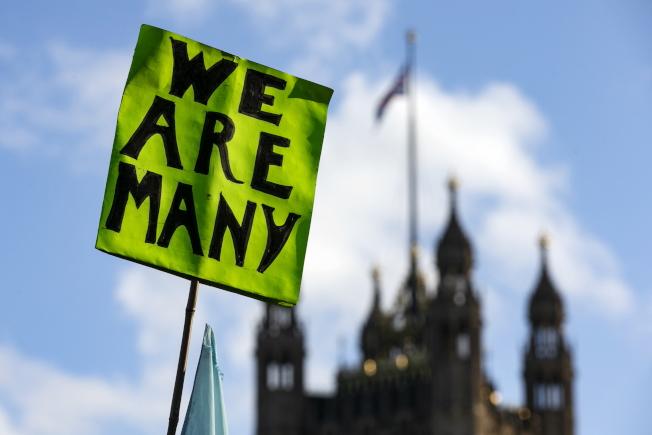 反對脫歐的英國人舉著標語說,「我們才是多數」。(歐新社)