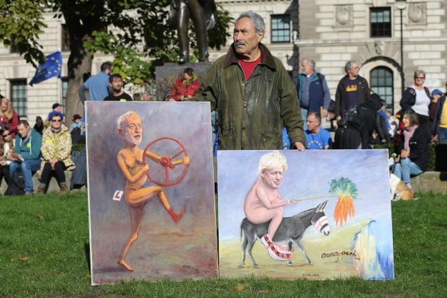 政治諷刺漫畫家拿出兩幅作品,嘲笑強生首相沒有妥善計畫,卻要強硬脫歐。(Getty Images)