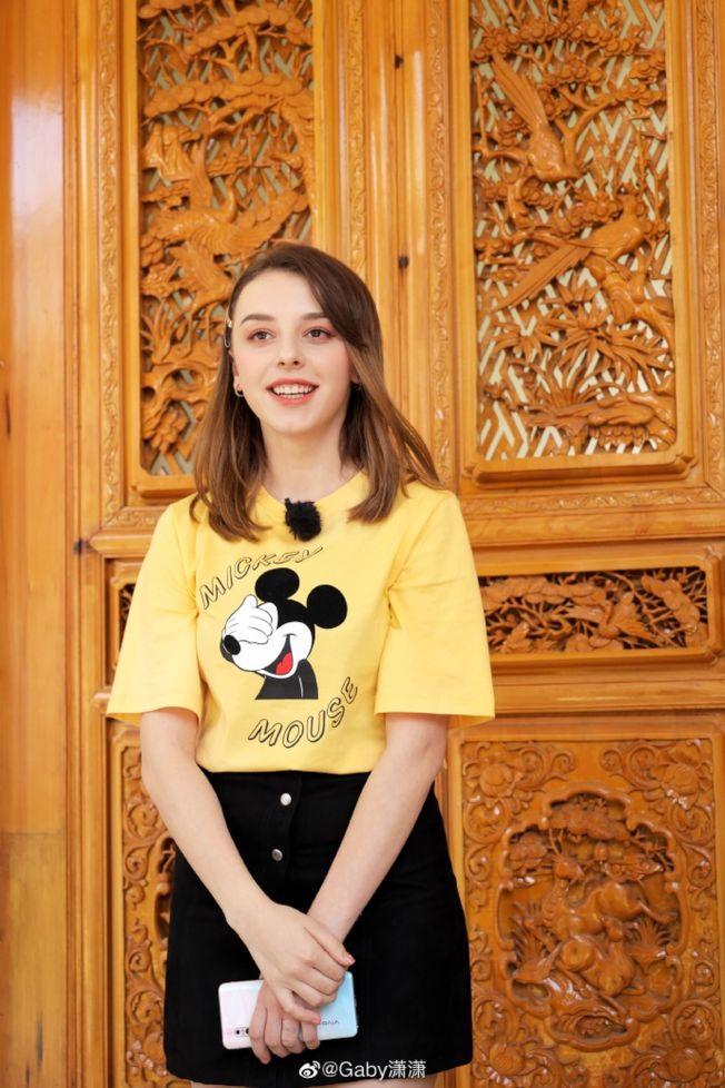 歐洲女孩Gaby瀟瀟介紹自己學習普通話的「曲折」經歷。(取材自觀察者網)
