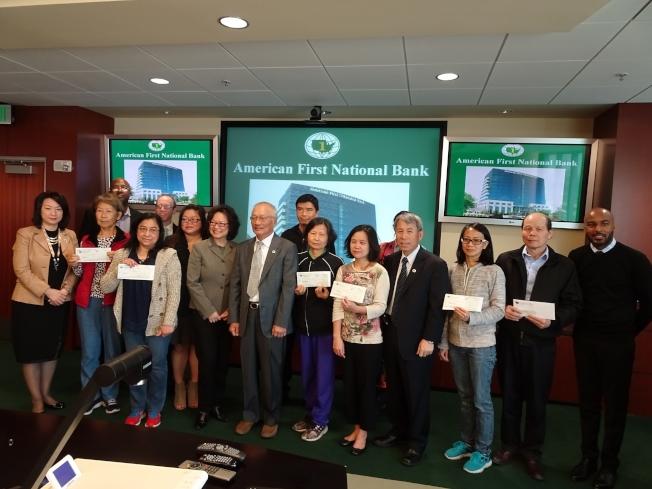 恆豐銀行回饋社區。圖為颶風哈維後,恆豐銀行向受災民眾發放救災款。(恆豐銀行提供)