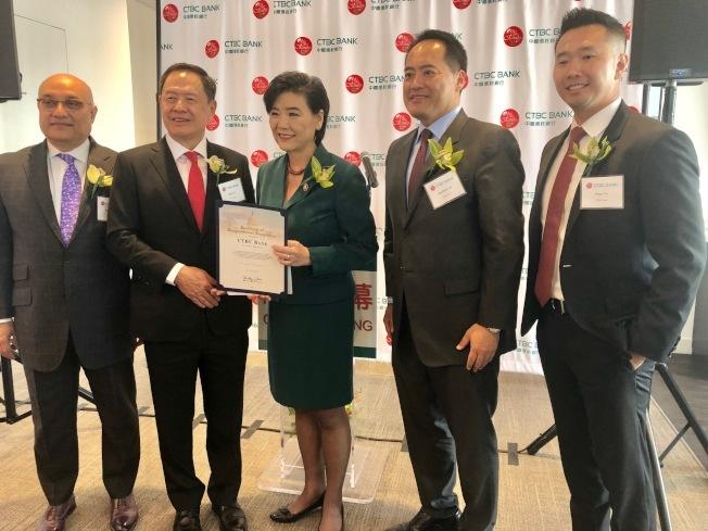 聯邦眾議員趙美心(中)當時為9月底晉升為母行台灣中國信託銀行董事長的利明献(左二)頒發榮譽狀。(記者張宏/攝影)