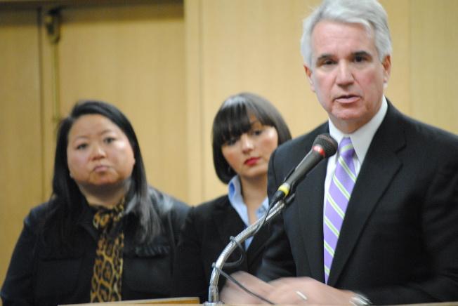賈斯康(右)轉任地方檢察長後,任命地檢處兩名最高職位的副手,幕僚長德貝里(中)及華裔首席地檢官烏小萱(左),都是女性。(本報檔案照片,記者李秀蘭攝影)