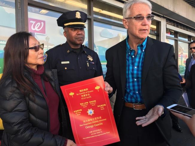 賈斯康是首位到東南面肖化區宣傳中文防罪資訊的民選官員,舊金山/上海協會會長李美玲(左)答謝。(本報檔案照片,記者李秀蘭攝影)