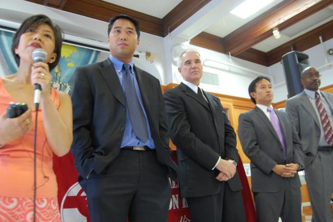 賈斯康(中)上任警察局長一個月,立即與當時兩華裔警察委員李艷虹(左一)及潘偉旋(左二)到華埠。(本報檔案照片,記者李秀蘭攝影)