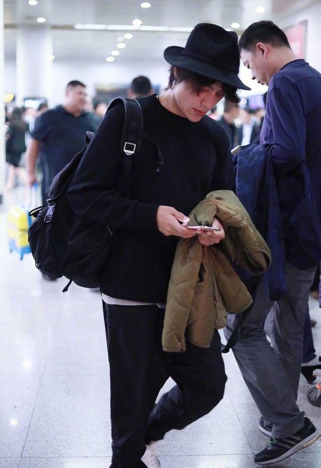 陳坤跟網友聊到錯過班機。(取材自微博)