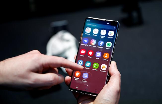 三星旗艦智慧型手機Galaxy S10被發現嚴重的資安漏洞,只要貼上某些螢幕保護膜,就可用任何指紋解鎖。(路透)