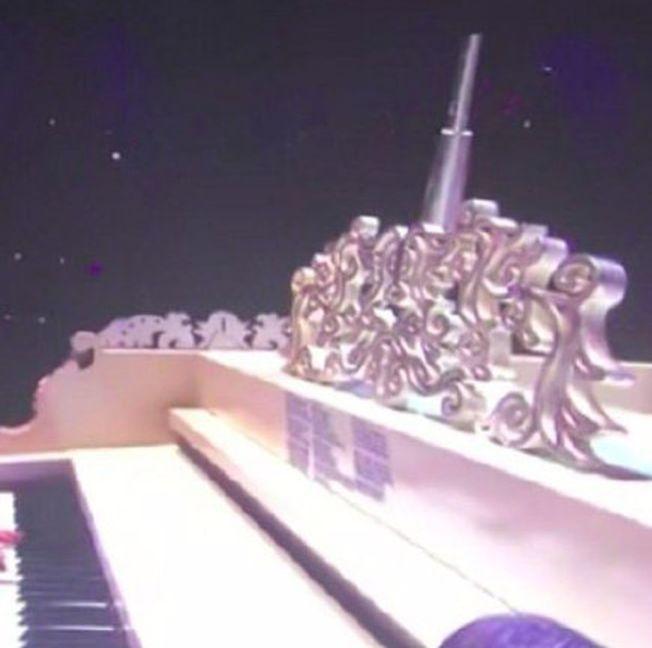周杰倫近期展開巡演,鋼琴上貼著小抄。(取材自微博)