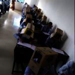 印度大學防作弊 要求學生頭戴紙箱應試