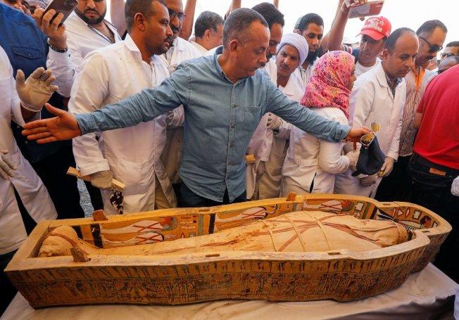 埃及古物部19日對外展示日前出土的30具色彩鮮豔的古埃及木棺,同時打開其中兩具木棺,可見到用布包好的木乃伊。路透