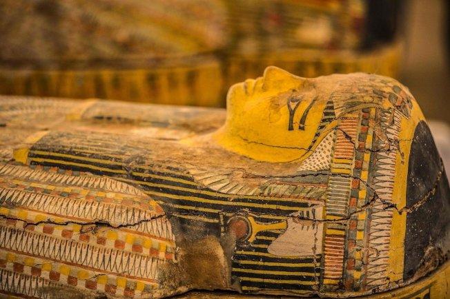 埃及古物部19日對外展示日前出土的30具色彩鮮豔的古埃及木棺,儘管被挖出純屬意外,但保存狀態、顏色與銘文完整性都相當良好,外表有著看到錯綜複雜的雕刻和彩繪。圖╱GettyImages