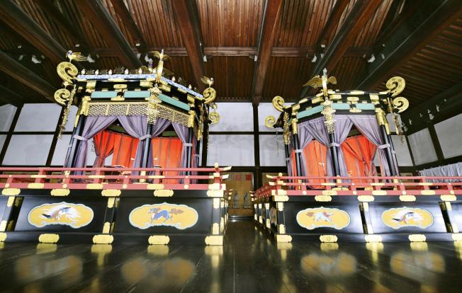現存的「高御座」與「御帳台」,都是在上次的平成即位禮使用後,被送往京都御所內紫宸殿收藏。美聯社