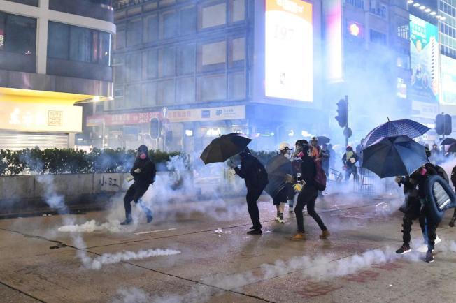 香港九龍遊行,警方開始驅散。圖/取自星島日報