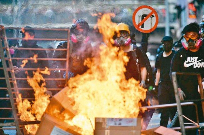 香港九龍遊行,再爆警民衝突,部分示威者在多處路段縱火。 (Getty Images)