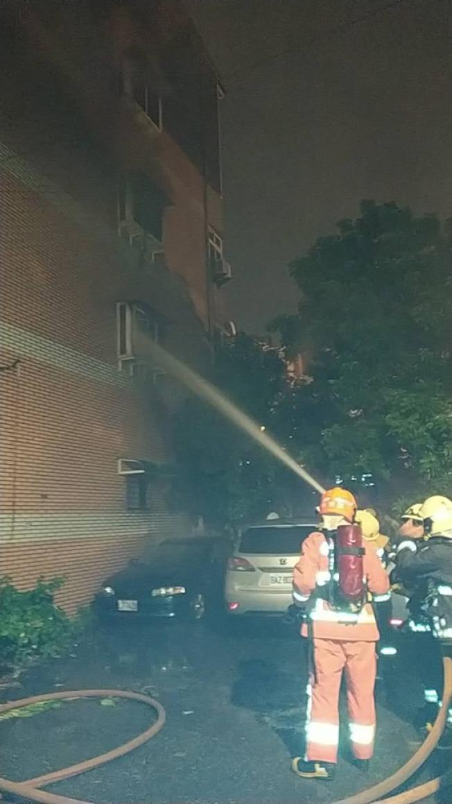 新北巿鶯歌區德昌二街今天凌晨一點多發生火警。圖/新北消防局