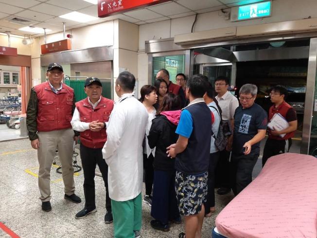 新北巿長侯友宜今天凌晨趕到醫院探視。圖/截自張明文臉書