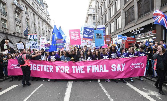 上萬民眾上周末走上倫敦街頭抗議,要求將脫歐協議交付公投。歐新社