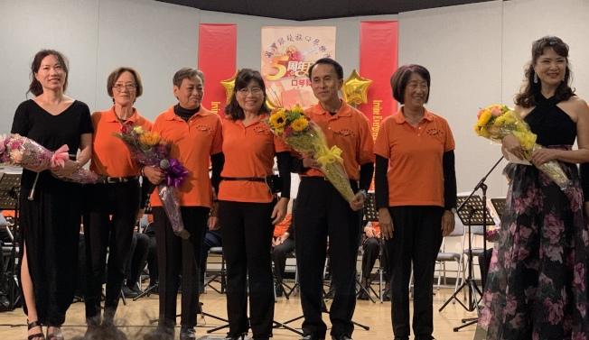 爾灣銀髮族口琴樂團五周年發表會圓滿結束後,觀眾紛紛獻花祝賀。(本報記者/攝影)