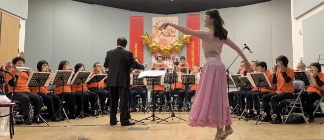 爾灣銀髮族口琴樂團五周年發表會中,穿插橙縣牙醫師楊汝琛的創作舞蹈,令人耳目一新。(本報記者/攝影)