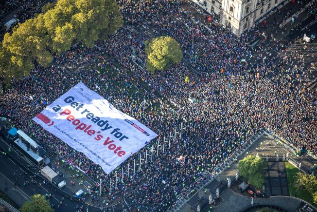 在英國國會19日辯論首相強森的新版脫歐協議之際,英國反脫歐組織「由驢子領導」(Led By Donkeys)在國會廣場舉辦遊行,指稱所有民調一致顯示民眾對於脫歐與否的想法已經改變,要求將脫歐主導權歸還人民。(路透)