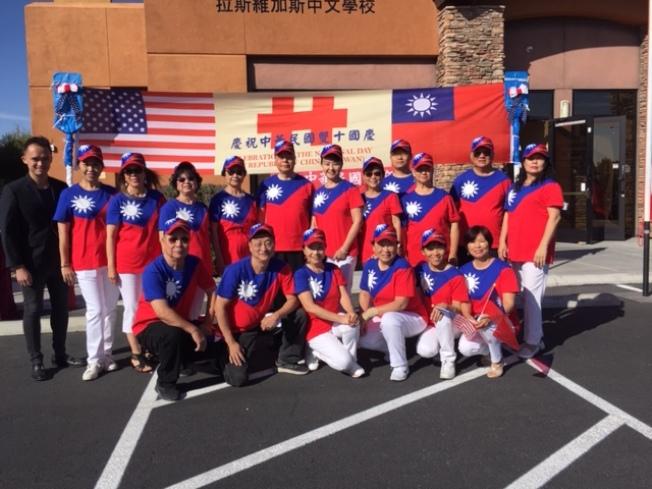拉斯維加斯僑民20日舉行雙十國慶升旗典禮,拉斯維加斯台灣同鄉聯誼會員穿著國旗裝主辦國慶升旗。(記者馮鳴台/攝影)