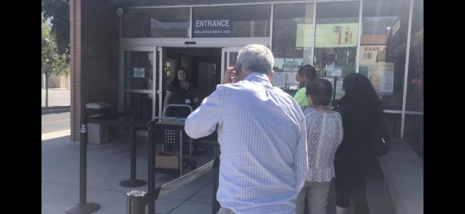DMV門口設有工作人員提前對民眾資料進行篩查。(讀者提供)