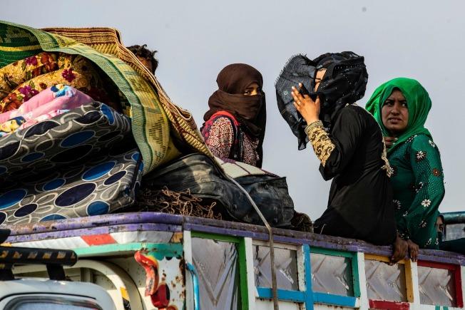 因為停火協議開始,在敘北的庫德族人急忙趁機逃往敘南或其他地區,以免遭到土國部隊殺害。圖為庫德族人19日舉家乘車逃難。(Getty Images)