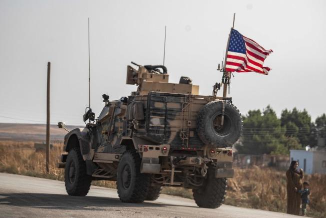 根據生效的停火協議,川普總統20日也宣布美軍撤出敘利亞境內, 保證部隊回國。但國防部長艾思博20日表示美軍將撤到伊拉克待命。圖為在敘北的美軍20日撤軍。(Getty Images)