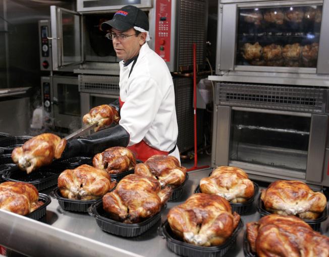 連鎖量販店好市多決定自己養雞,使其烤雞的價格保持在4.99元。(美聯社)