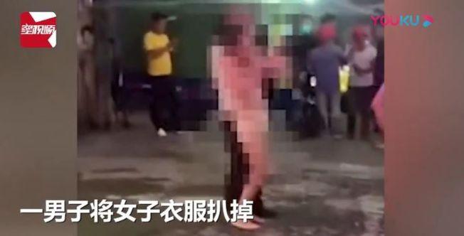 女子的衣服當街被扒光。(視頻截圖)