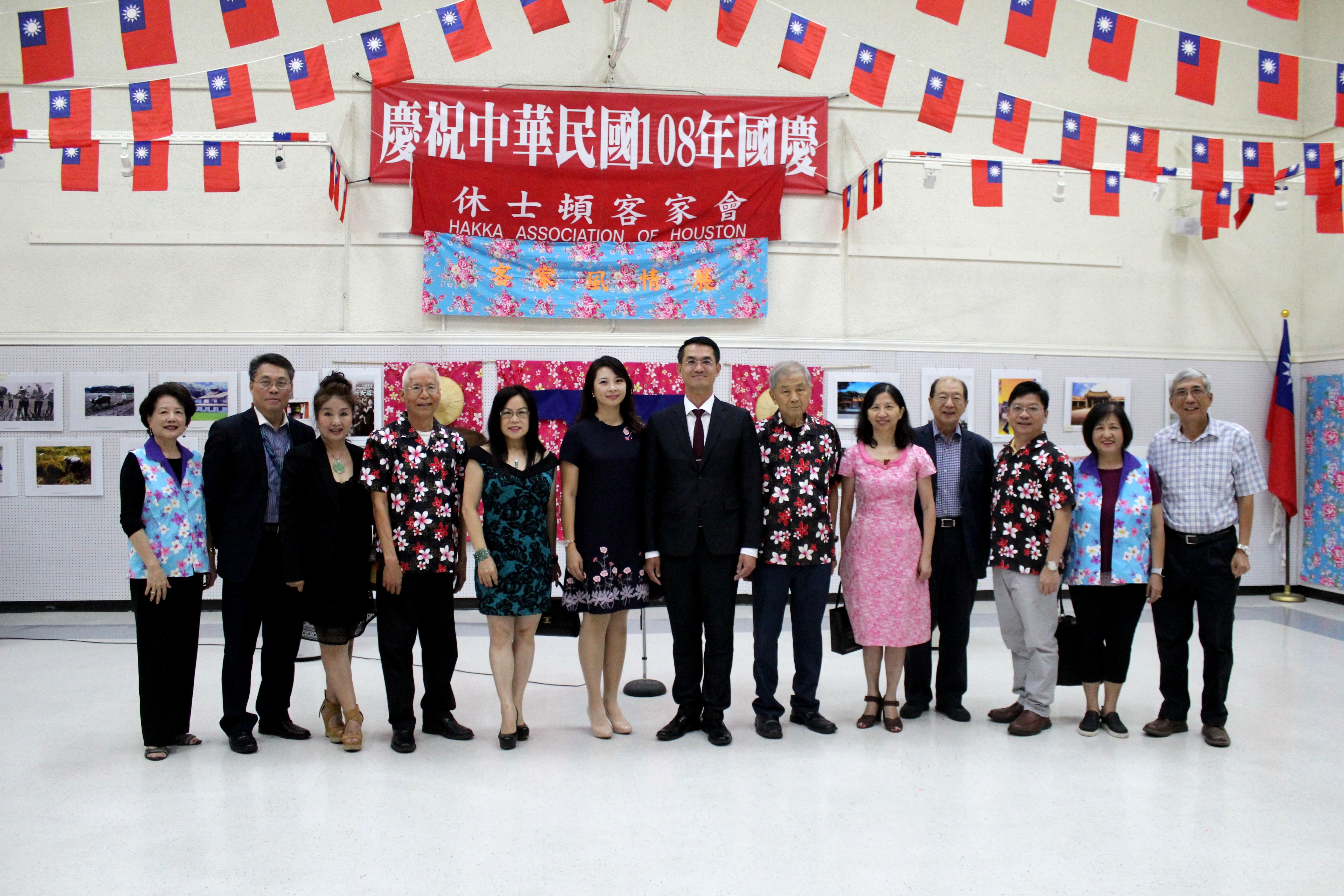 邱添昌(左四)、黃春蘭(左五)、陳家彥(右六)、陳奕芳(右)與嘉賓們「客家風情展」開幕儀式中合影。(記者盧淑君/攝影)