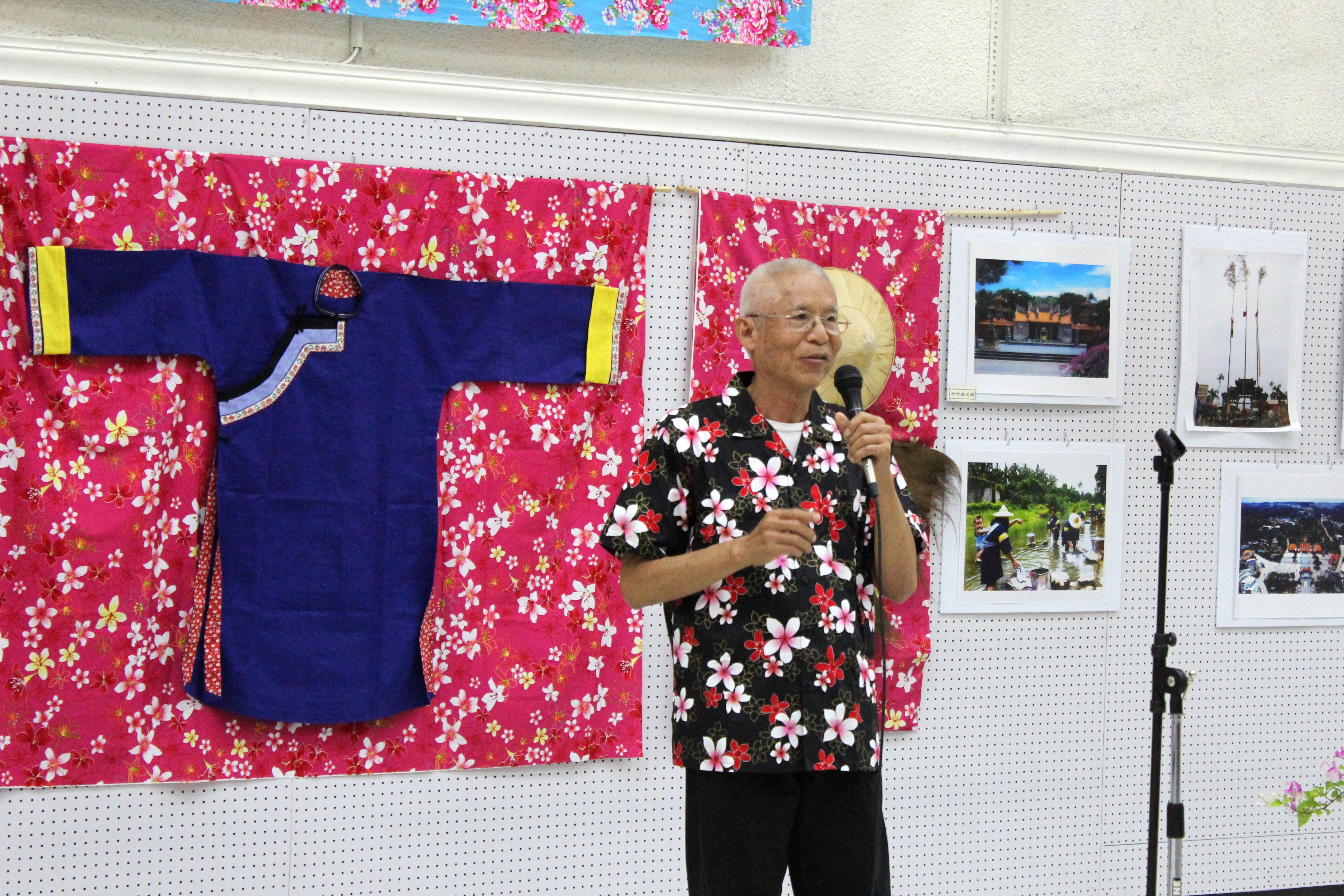 邱添昌向民眾介紹展出的桐花布及客家藍衫等等作品。(記者盧淑君/攝影)