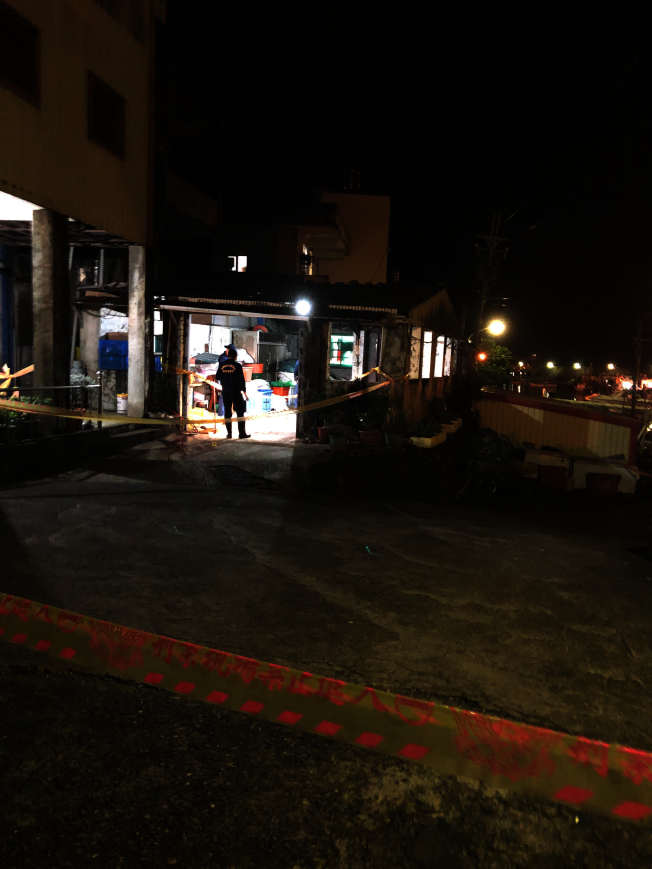 吳姓老翁20日疑因切割撿回來的鐵管被炸死,警方到場拉起封鎖線調查。(圖:讀者提供)