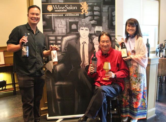 姜氏一家拿著自家品牌的紅酒,借用漫畫「神之」的主題來舉辦活動。(記者李晗 / 攝影)