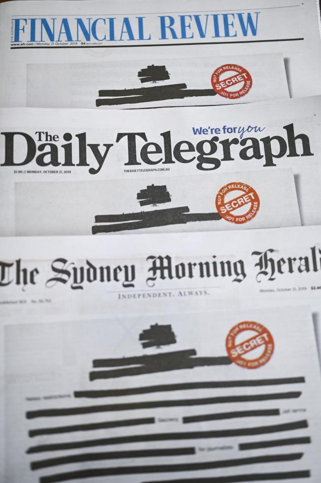 澳洲各主要報紙今天都把頭版文字塗黑遮去訊息,抗議政府限制新聞自由。(歐新社)