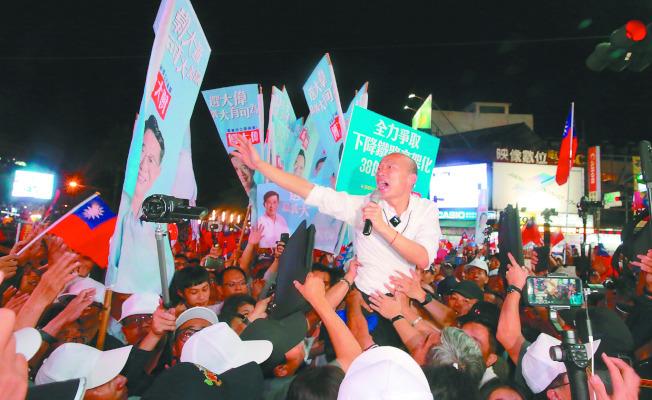 韓國瑜20日晚原本打算逛嘉義市文化路夜市,但被支持者塞爆,只停留不到十分鐘決定折返,維安人員防蛋襲,辛苦戒護。記者黃義書/攝影