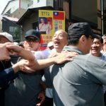 躲過蛋襲續拜廟 韓國瑜笑問群眾「有蛋嗎?」