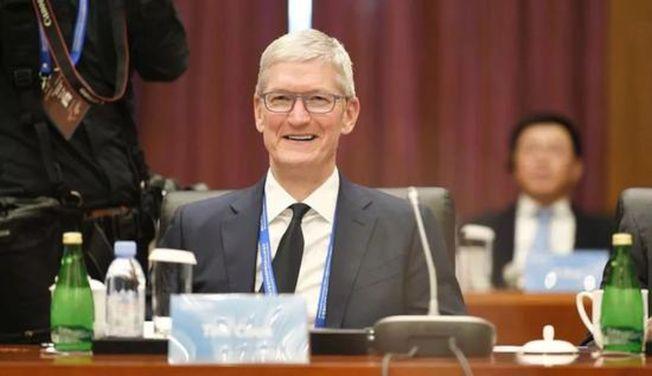 清華經管學院顧問委員會新任主席、蘋果公司執行長庫克滿臉笑容地主持會議。(取材自上游新聞)