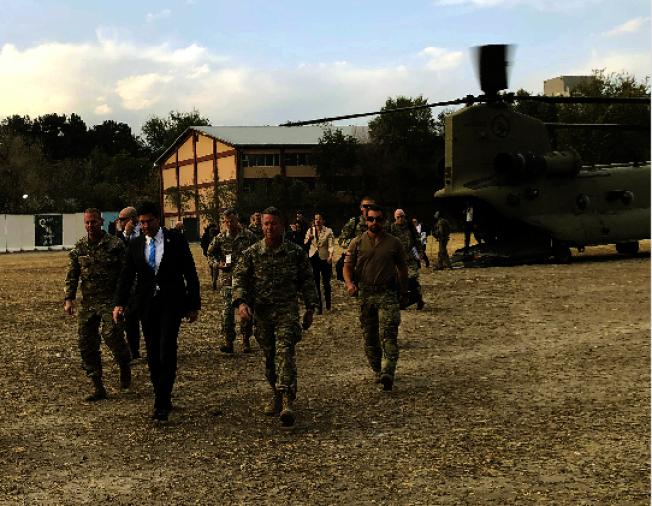 美國國防部長艾思博(著西服者)突飛抵阿富汗,是否重啟與神學士武力政權的和平談判,國際關切。(美聯社)