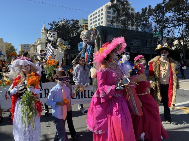 聖荷西慶祝墨西哥亡靈節活動,20日中午在聖荷西市中心舉行,許多人刻意穿著打扮,在街上載歌載舞,非常熱鬧。(記者李榮╱攝影)