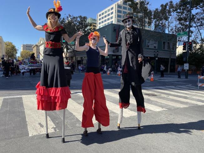 聖荷西慶祝墨西哥亡靈節活動,20日中午在聖荷西市中心舉行,許多人戴著面具遊行,在街上載歌載舞,非常熱鬧。(記者李榮╱攝影)