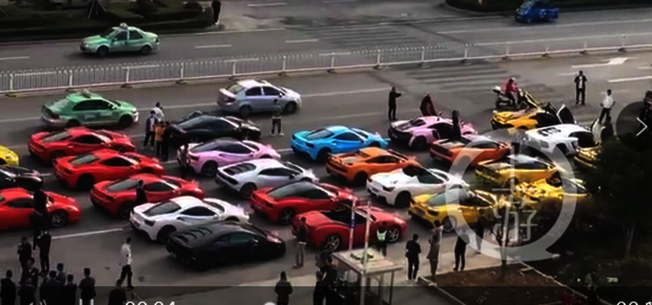 聲勢浩大的豪車迎親隊伍。(視頻截圖)