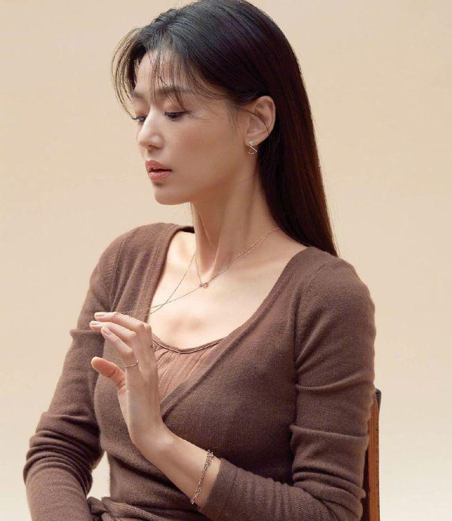 全智賢日前為時尚雜誌拍攝寫真,修長的天鵝頸好吸睛。(取材自微博)