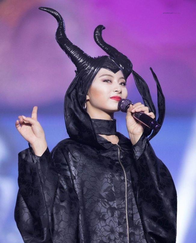 周子瑜酷扮黑魔女。 (取材自Instagram)