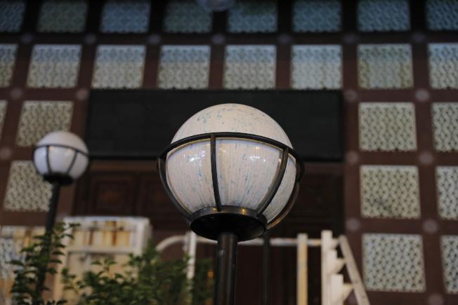 香港清真寺20日被港警方水炮車施放藍色水液而受損。(美聯社)