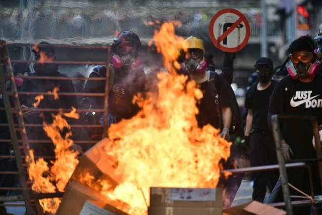 反送中示威者20日再在香港九龍遊行,又爆警民衝突,部分示威者在多處路段放火。(Getty Images)