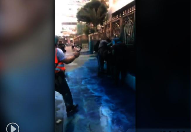 香港民眾自發到尖沙咀清真寺清洗水炮車藍色水劑汙漬。(取材自香港電台)