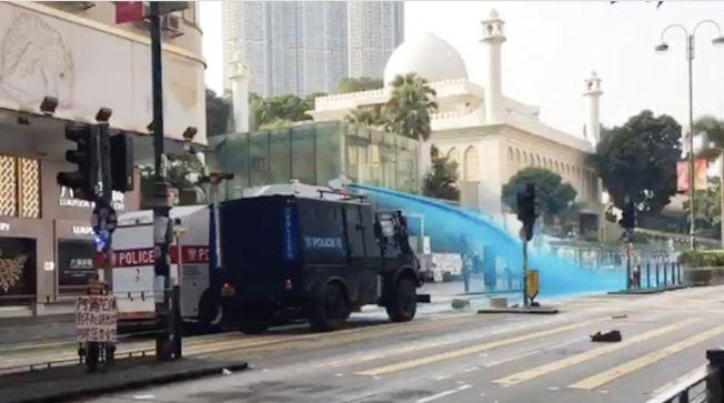 警方水炮車的藍色水劑令清真寺大閘染上藍色。(取材自香港電台)